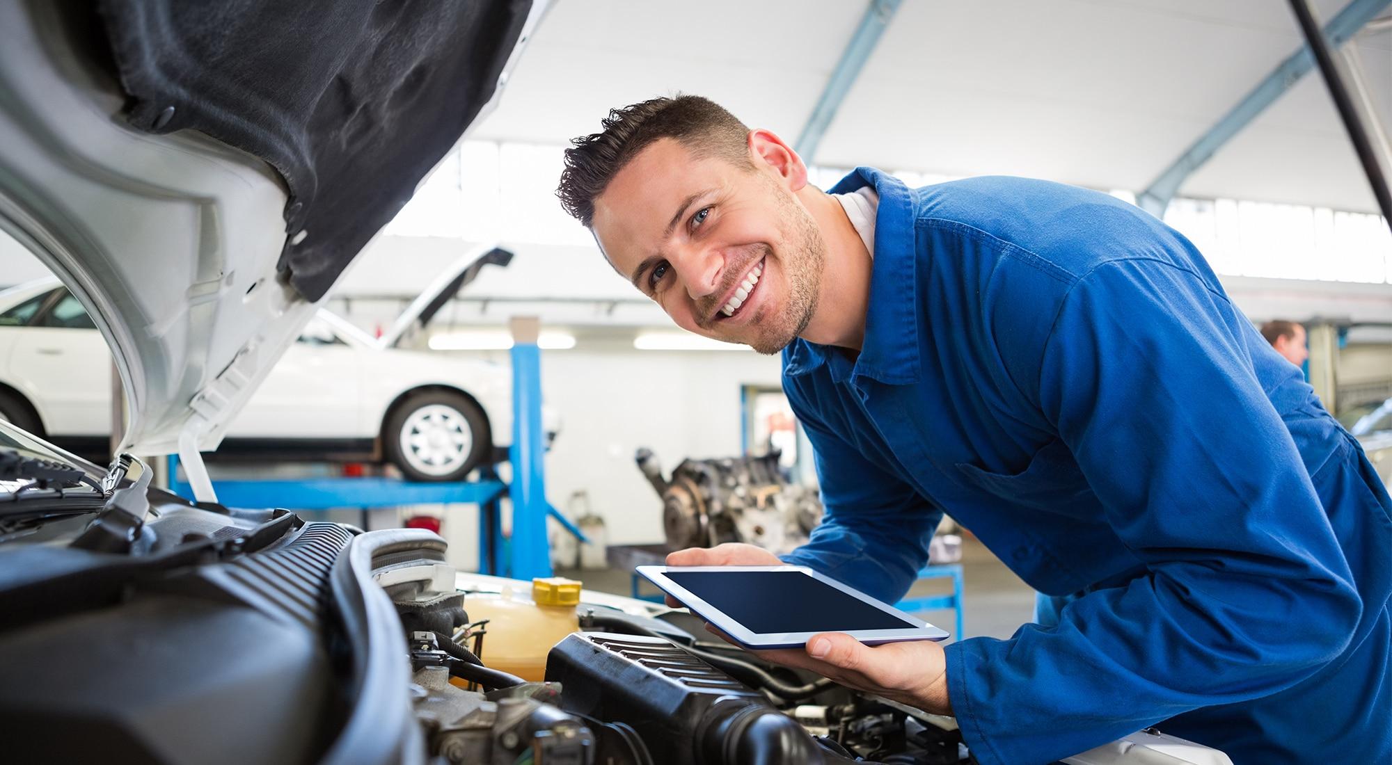 Bilmekaniker utfører service, EU-kontroll