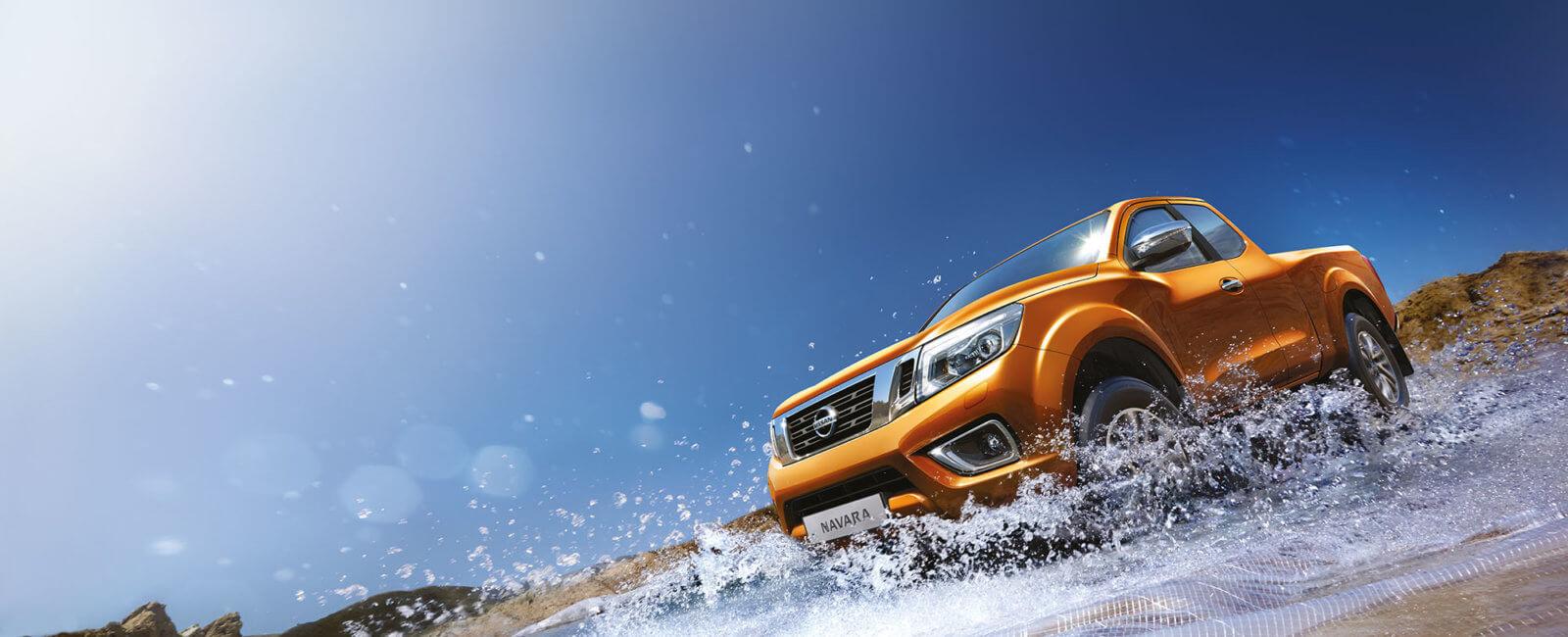 Nissan Navara kjører i vann