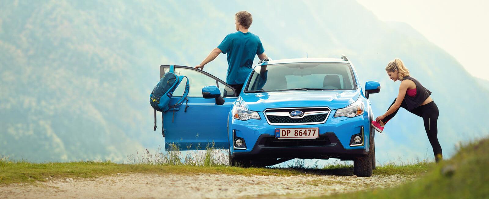 Subaru blå med par på tur