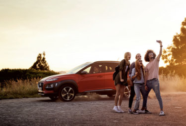 Hyundai ungdommer tar selfie med KONA