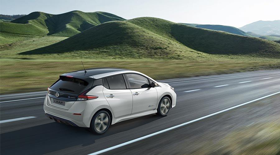Nye Nissan LEAF - hvit bil i grønn natur