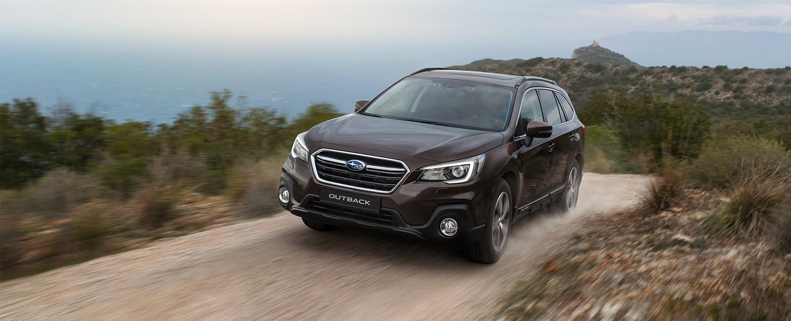 Subaru Outback brun på fjellvei