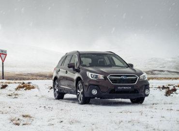 Subaru Outback på fjellet. Vinter