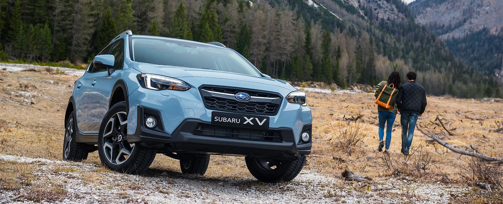 Subaru XV på fjellet med par