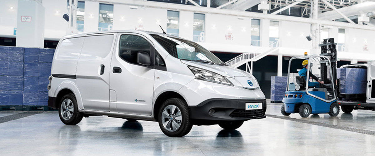 Nissan e-NV200 varebil hvit i lagerhall