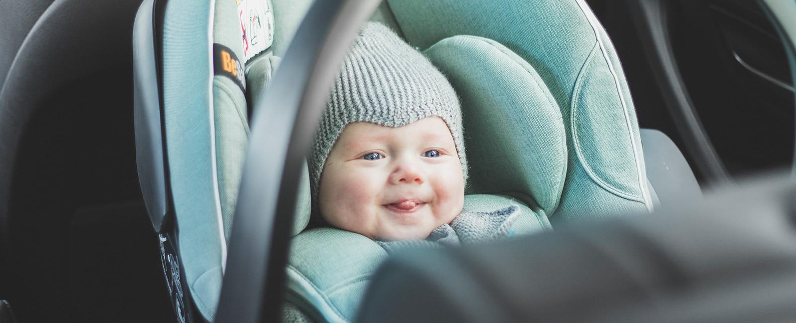 Baby i bakovervendt barnesete fra BeSafe