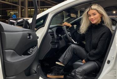 Sophie Elise i sin nye Nissan LEAF