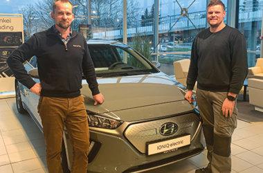 Lars-Erik Bakken og Mats Lunde foran Hyundai IONIQ