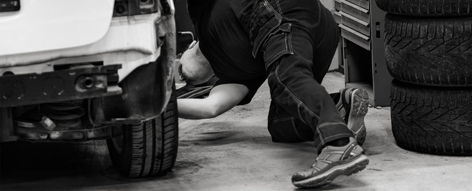 Mekaniker sjekker under bil