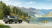 Familie ved vannet med Subaru Forester
